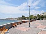 Het verzordge plein aan het strand van Vrondados - Eiland Chios